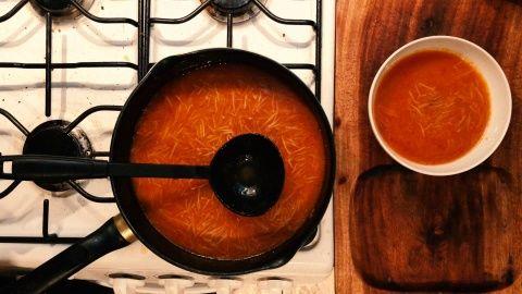 Revuelve todo, tapa la olla y espera 10 minutos a fuego lento para que la pasta termine de cocerse.