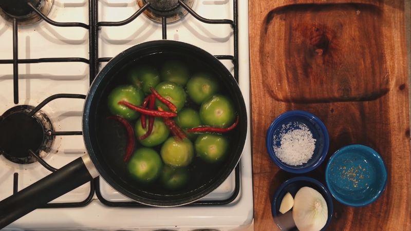 SALSA: Calienta una olla a fuego alto con agua y cuando hierva coloca los tomates, los chiles y la cebolla por 5 minutos.