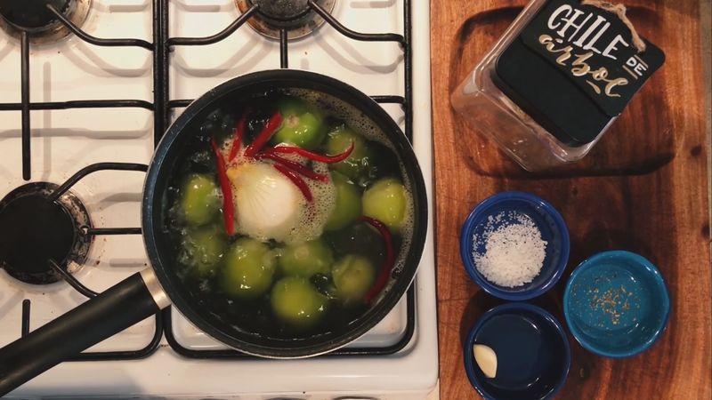 Cuando los tomates comiencen a cambiar de color y tener una consistencia más suave apaga la llama y espera 2 minutos para que termine de cocerse los ingredientes.