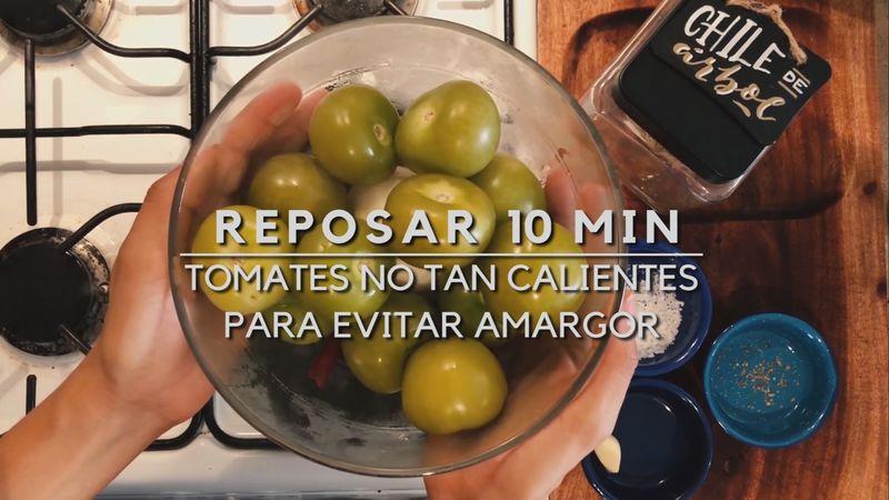 Retira del agua los ingredientes y resérvalos 10 minutos, es importante para que la salsa no esté tan caliente ni amarga.