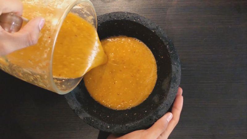 Reposa la salsa en un recipiente mientras preparas la carne
