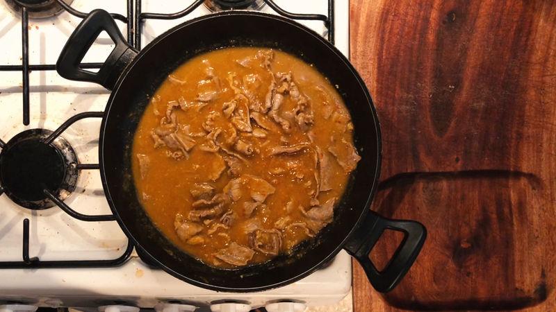 Asegúrate que el bistec haya soltado un poco de su jugo, en ese momento baja un poco más la flama y coloca 250 ml de la salsa realizada con media taza de agua caliente, revuelve y tapar nuevamente por 2 minutos.