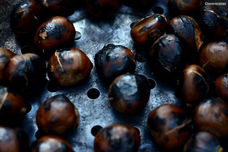 Por supuesto que preparadas con la sartén a la brasa, que es la verdadera forma tradicional de hacerlas, quedan mas deliciosas todavía, pero no siempre tenemos unas brasas a nuestra disposición. Son un manjar otoñal!!!