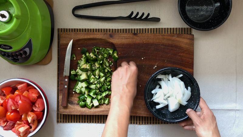 Pica el jitomate, la cebolla y los chiles.