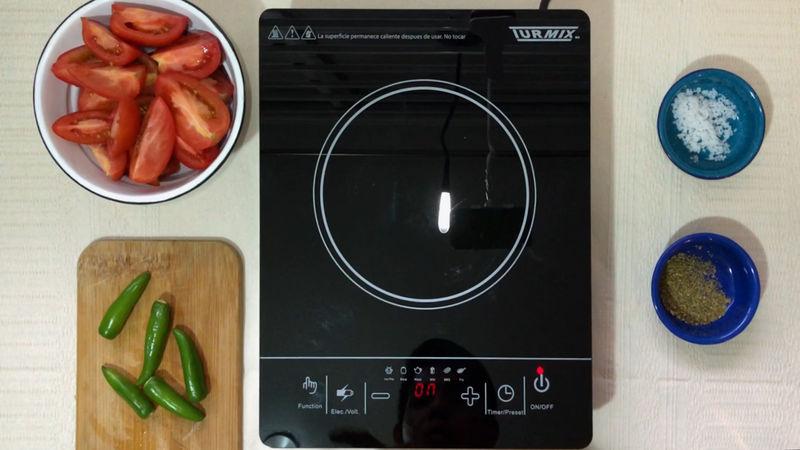 Corta los jitomates en 4 partes y prepara todos los ingredientes.