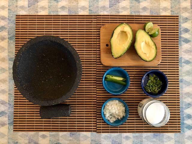 Prepara todos los ingredientes, pica finamente la cebolla, lava y desinfecta el cilantro y desvena el chile. En caso de no tener molcajete con un pequeño plato hondo o bowl con un tenedor.