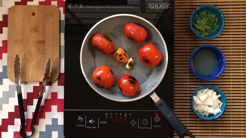 Tatema por 40 minutos con un poco de aceite los jitomates, el ajo y chile habanero, cuida que en ningún momento se rompa el chile.