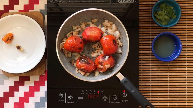 Añade la cebolla, una vez asada junto con todos los ingredientes retíralo del fuego.