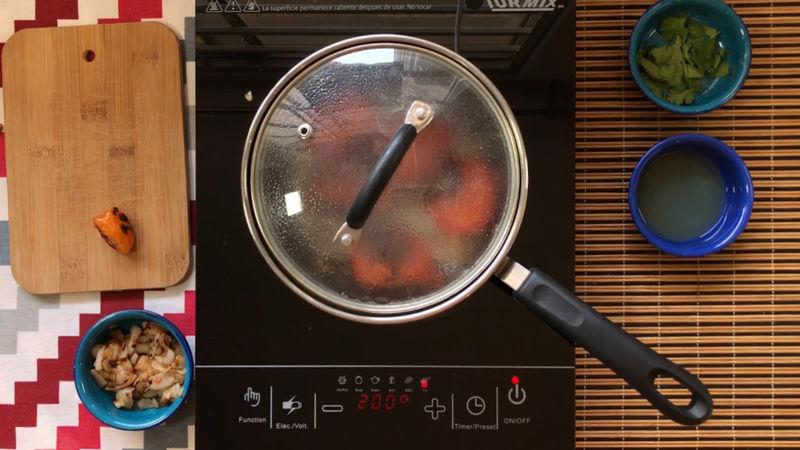 En una olla con un poco de aceite añade solo los jitomates y el diente de ajo picado, tapa durante 5 minutos a fuego medio-bajo.