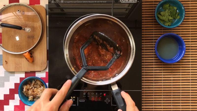 Usa un machacador hasta hacerlo puré, si puedes licuar si quieres la mitad, o añadir todo a la licuadora, es al gusto de cada uno.