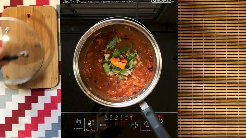 Una vez machacado añade la cebolla, el cilantro, la sal, el jugo de 1 naranja y el chile a la olla, recuerda no romperlo ya que solo queremos el sabor del chile tatemado en la salsa, no una salsa picosa.