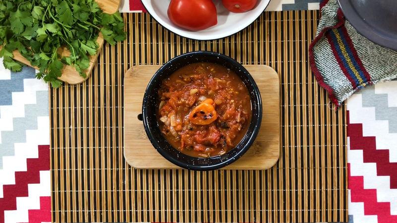 Tapa la salsa a fuego muy bajo durante 5 minutos, después reposa fuera del fuego por 10 minutos y disfruta la salsa.