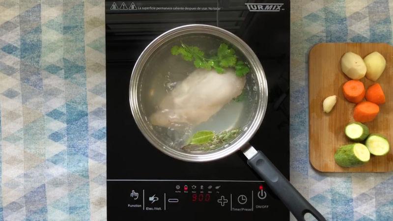 CALDO DE POLLO: Prepara el caldo de pollo a tu gusto, yo utilicé una pechuga de pollo, esperé a que hirviera el agua y añadí el cilantro, tomillo, laurel y 1/2 cucharadita de sal junto con el pollo.