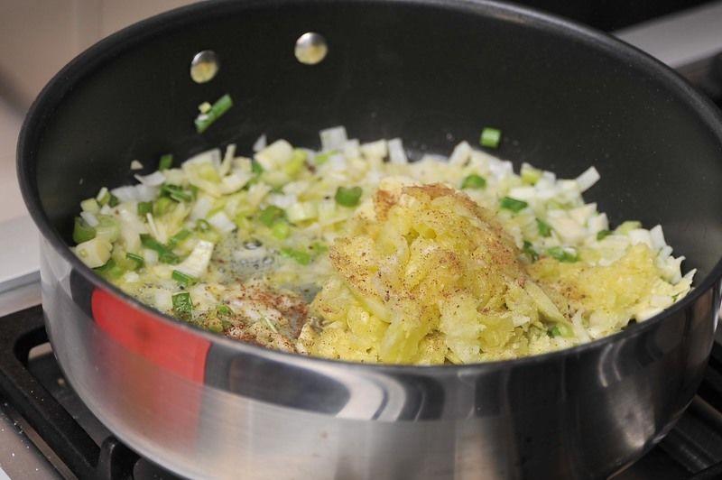Agregar la pulpa de las calabacitas y dejar cocer 3 a 5 minutos más a fuego lento. Sazonar con sal y nuez moscada.