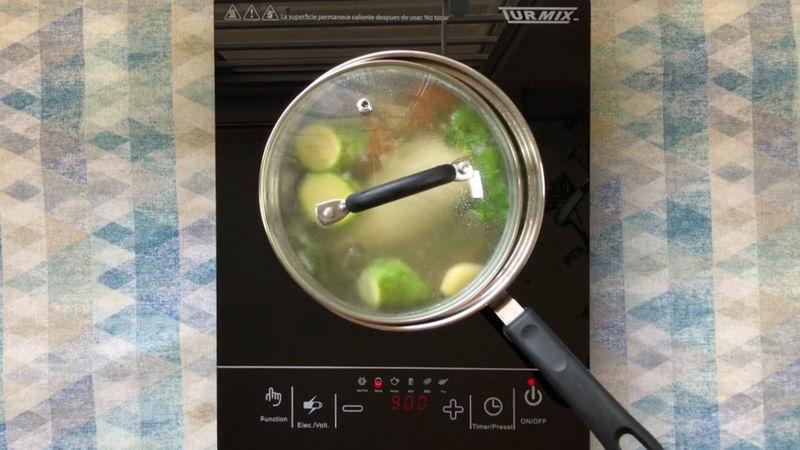 Luego agrega un diente de ajo, la papa, zanahoria y calabacita, deja a fuego medio durante 20 minutos, recomendamos dejar casi tapada la olla.