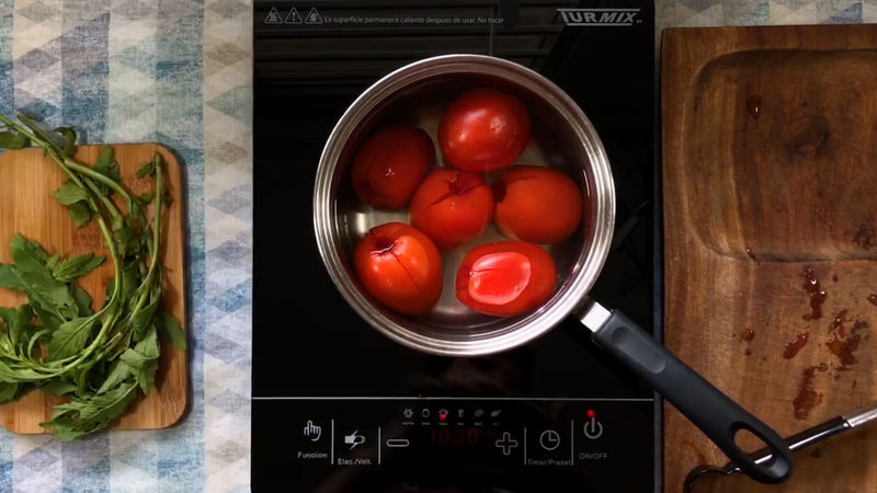 SALSA DE TOMATE: Corta a la mitad los jitomates en 4 partes si separar su base, retira el pedúnculo y colócalos en una olla.