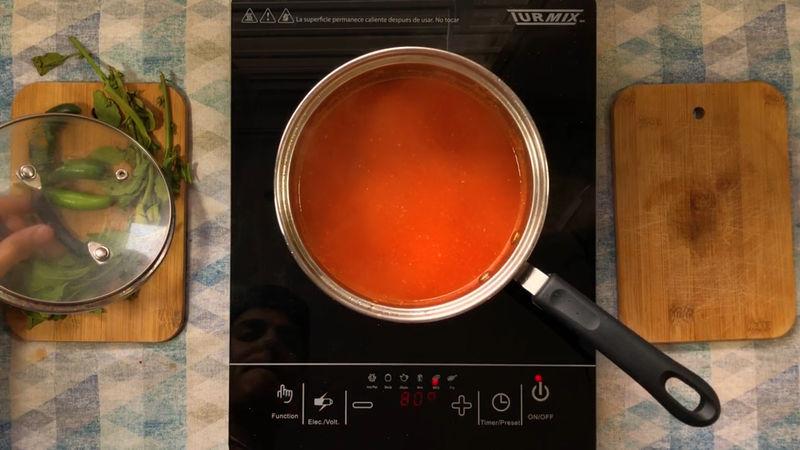 Retira la cebolla y añade la salsa, coloca las ramas del epazote, la pizca de pimienta y 1 cucharadita más de sal, tapa durante 10 minutos a fuego bajo, al final retira la salsa del fuego.