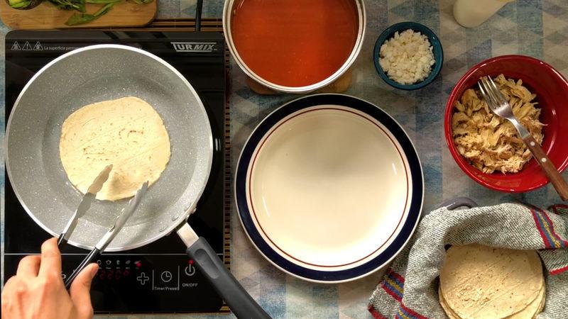 ENTOMATADAS: En este último paso necesitarás un sartén, a fuego alto deja calentando un poco de aceite y fríe ambos lados de la tortilla