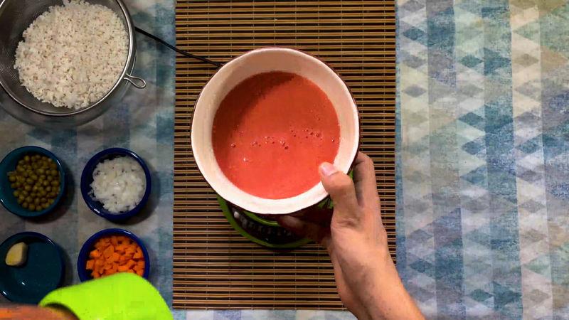 Para hacer la salsa solo licúa el jitomate picado con un cuarto de cebolla.
