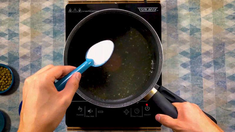 Pasado este tiempo baja la temperatura a fuego medio y añade el caldo de pollo caliente con la cucharada de sal. *Puedes reemplazar el caldo de pollo por solo agua caliente.