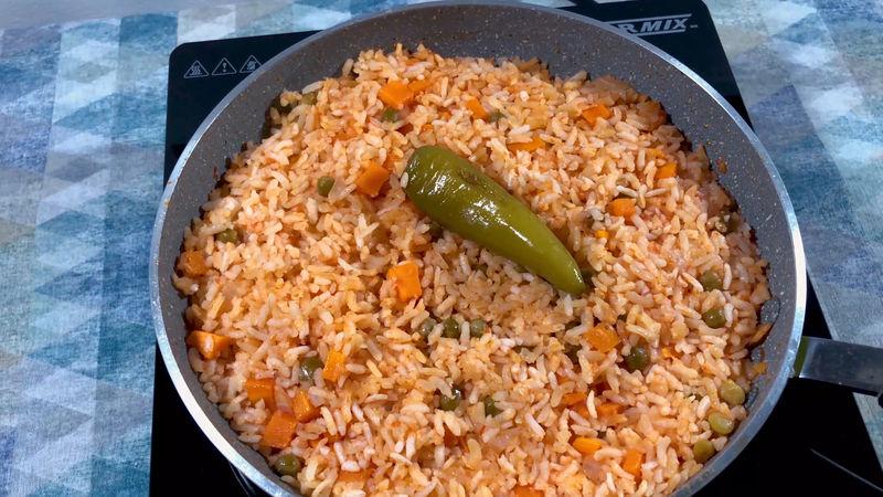 Apaga el fuego y deja cociendo con tapa entre 20 a 30 minutos, el vapor terminará de cocer y suavizar el arroz, no lo destapes durante este tiempo. Así tendrás el arroz perfecto, suavecito y rojo.