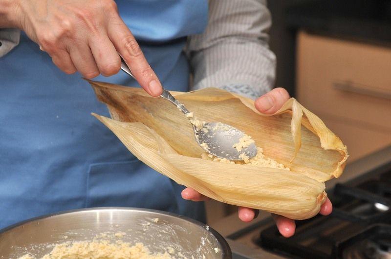 Rellenar las hojas remojadas con una cucharada de la masa y envolver como tamales. Si las hojas para tamal son pequeñas utilizar dos, metidas una sobre otra para cada tamal. Se pueden amarrar los tamales con tiritas de las mismas hojas de elote.