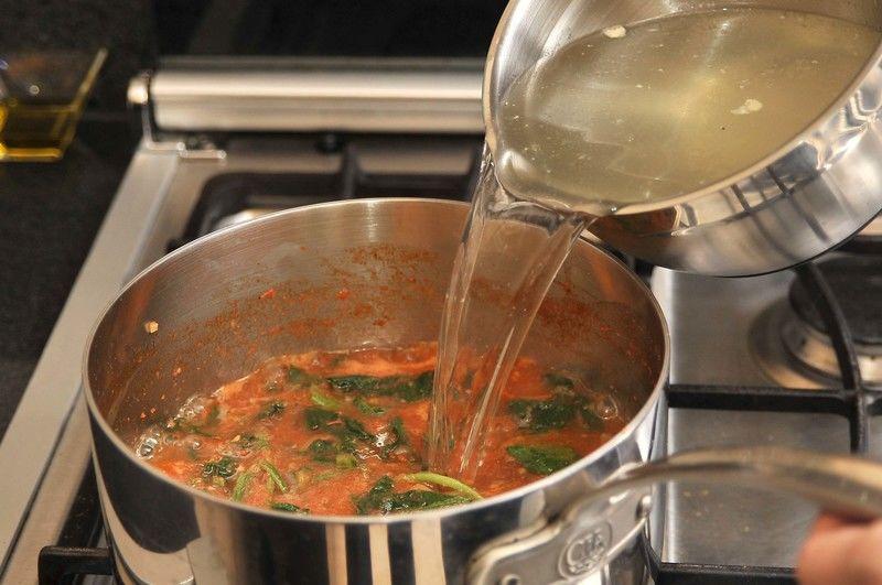Agregar el caldo, rectificar sazón y dejar hervir por 5 minutos más.