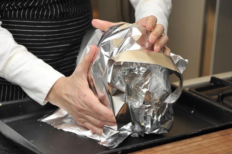 Cubrir con papel aluminio. Hornear en horno precalentado a 300°F (150°C) durante 40 minutos. Retirar el papel aluminio y hornear 10 minutos más hasta que el pollo se dore.