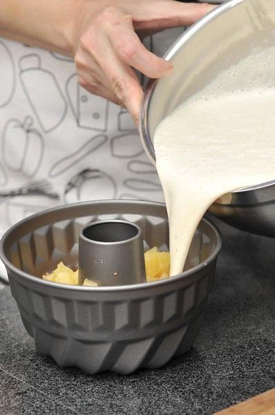 Agregar la mezcla licuada y mezclar ligeramente. Refrigerar durante al menos 2 horas o hasta que cuaje por completo.