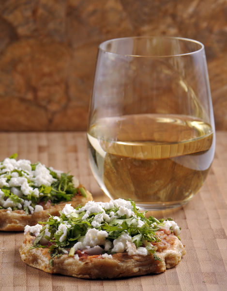 Servir calientes como botana o desayuno. Como botana la puedes acompañar con un vino blanco californiano Emmolo de uva Sauvignon Blanc o un Conundrum, una mezcla de uvas blancas originarias de California creando una textura ostentosa y cremosa que se te hace agua la boca