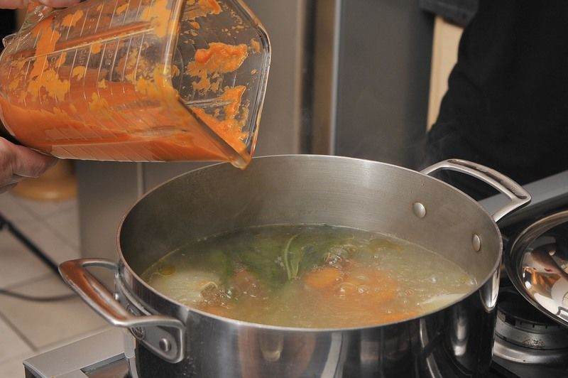 Agregar la salsa molida al caldo.