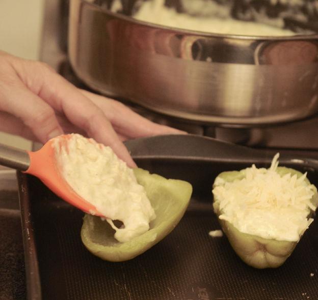 Rellenar los chayotes con la pulpa preparada. Espolvorear con el queso manchego rallado. Colocar en una charola para horno y hornear durante 10 a 15 minutos a 350°F (175°C) hasta que el queso esté derretido y un poco dorado.
