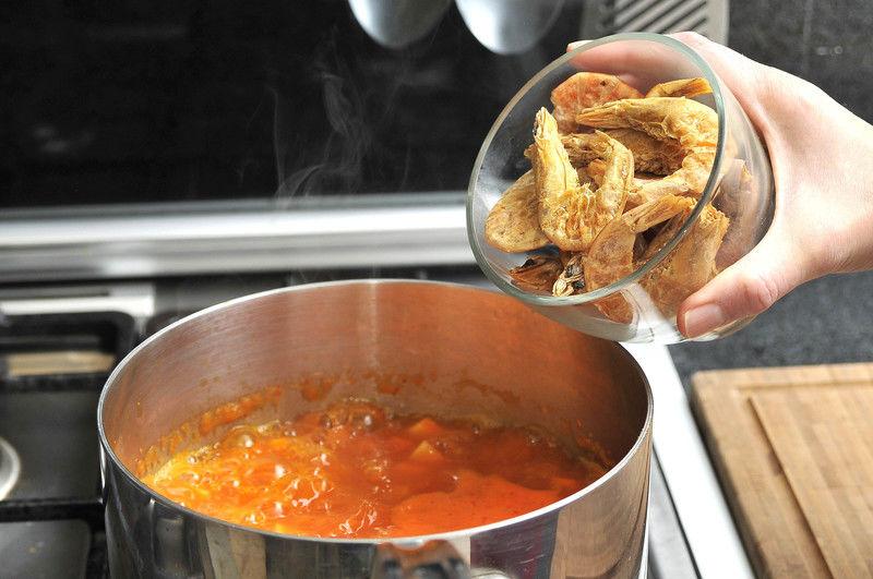 Agregar los camarones y dejar hervir durante 5 a 8 minutos. Probar y sazonar con un poco de sal.