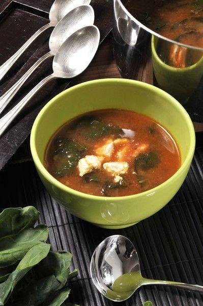 Servir bien caliente decorando cada plato con el queso fresco desmenuzado.