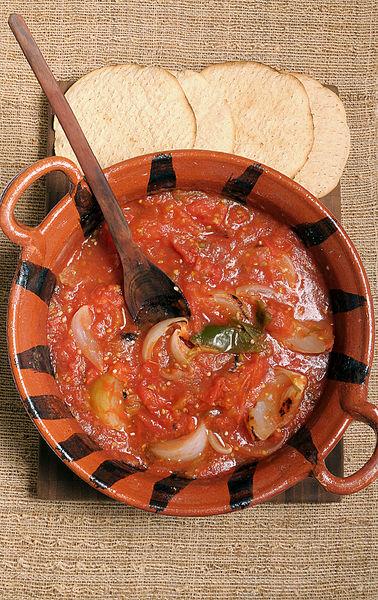 Servir la salsa con la carne asada.