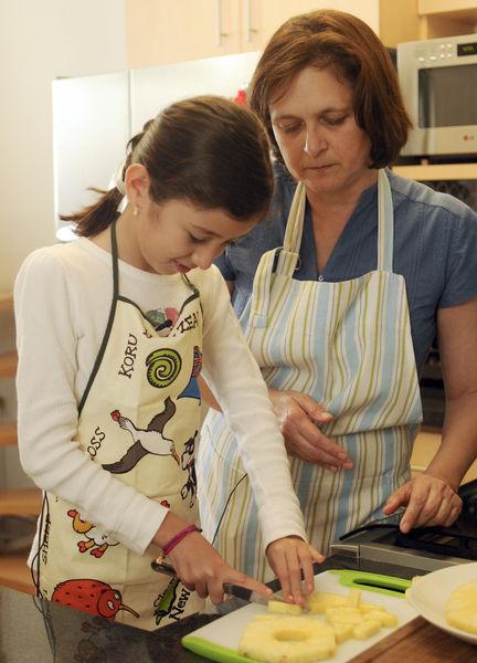Andrea Cruz Marín cocinando con Sonia Ortiz.