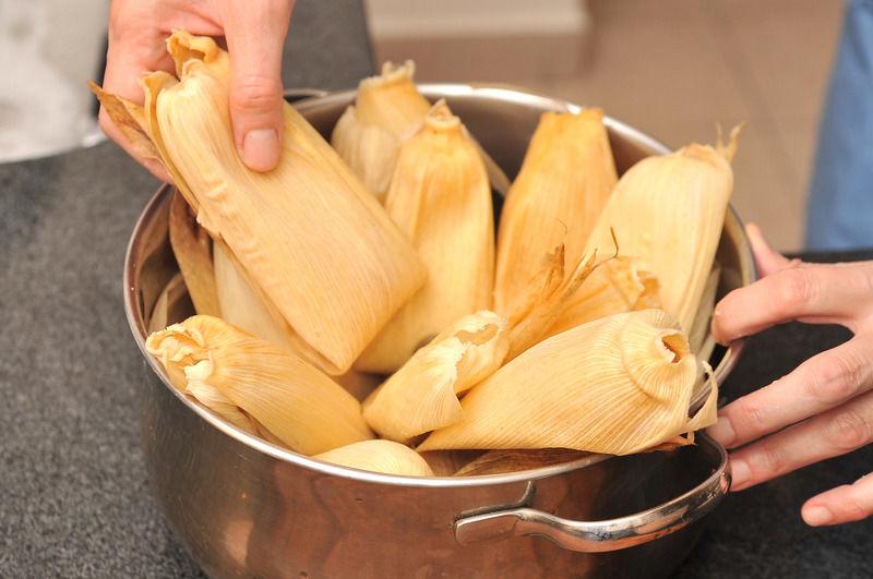 Colocar una capa de hojas de tamal en la parte baja de la vaporera. Colocar los tamales parados, recargados uno sobre otro dentro de la vaporera formando una pirámide. Cocer al vapor durante aproximadamente una hora o una hora y media, hasta que se desprendan de la hoja.