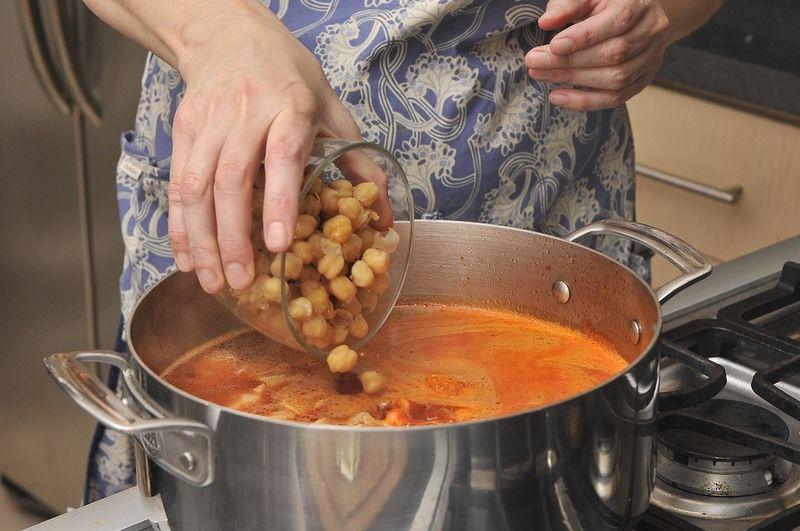 Añadir los garbanzos y las ramitas de epazote. Sazonar con sal y continuar cociendo 15 minutos más.