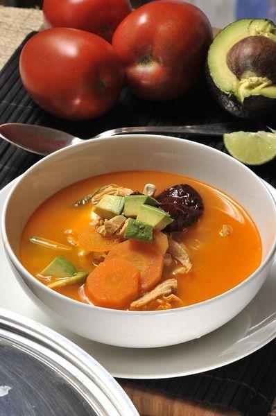 Servir con cubos de aguacate y queso Oaxaca y un cuarto de limón junto a cada plato.
