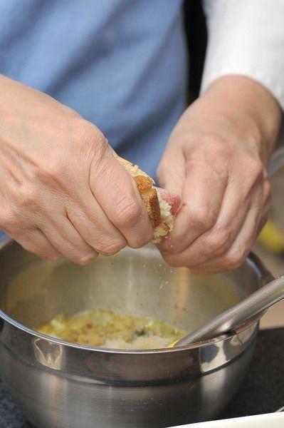 Agregar el relleno de calabacitas ya cocidas junto con el pan hecho migajas e incorporar bien.