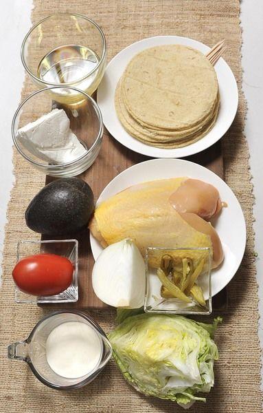 1 pechuga de pollo 12 tortillas ½ taza de crema 1 lata de rajas de chile jalapeño en escabeche 1 aguacate 100 gramos de queso fresco ¼ de cebolla 1 jitomate ¼ de lechuga Aceite de canola al gusto Sal al gusto Palillos de madera