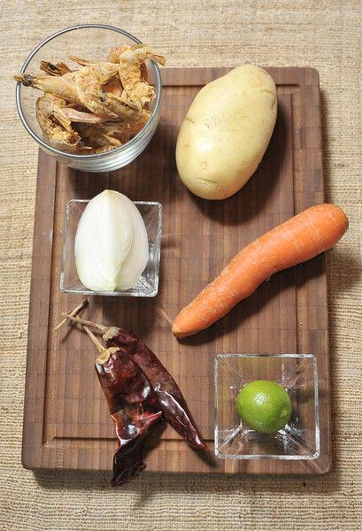 1 diente de Ajo Sal Limón 1/4 pieza de Cebolla blanca 1 pieza de Zanahoria 1 pieza de Papa blanca 2 piezas de Chile guajillo 1 taza de Camarón seco