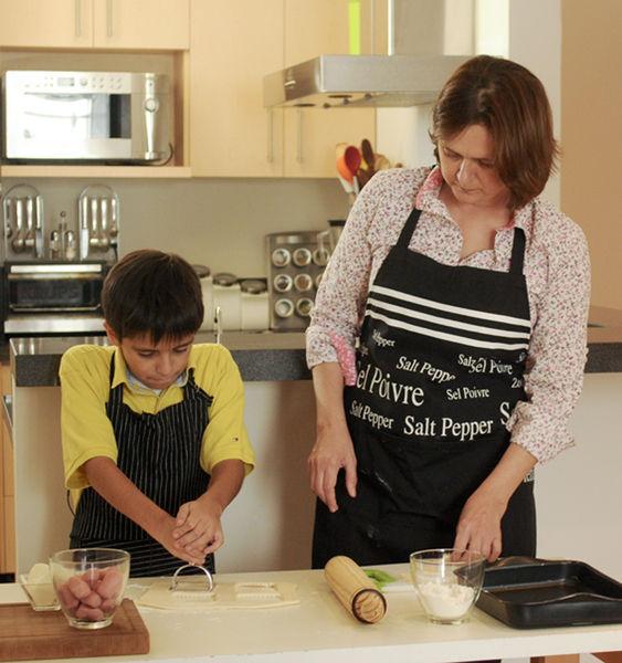 Rafael Cruz cocinando con Sonia Ortiz