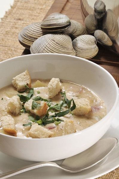 Servir bien caliente espolvoreada de perejil picado y acompañada cubitos de pan bolillo tostado.