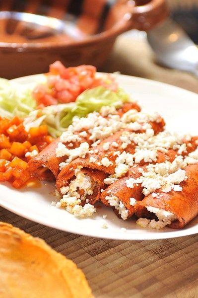 Servir 4 o 5 enchiladas en cada plato con papas y zanahorias como guarnición. Acompañar con lechuga y jitomate picados.