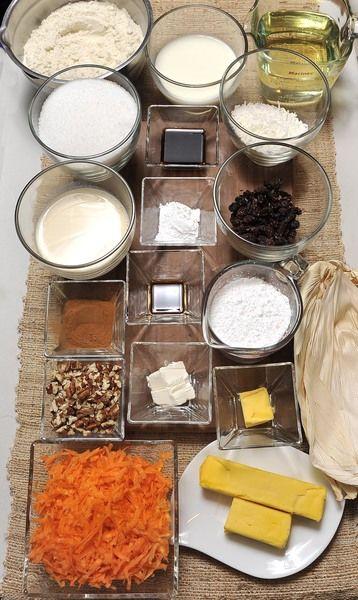 250 ml de aceite vegetal 135 gramos de mantequilla 2 tazas de azúcar 1 taza de leche evaporada 2 cucharadas de vainilla 1 cucharada de polvo para hornear 4 1/2 tazas de harina de maíz 2 tazas de zanahoria rallada 2 cucharadas de canela en polvo Hojas de maíz para tamal Para rellenar: ½ taza de coco rallado ½ taza de nuez picada ½ taza de pasitas Glaseado: 1 taza Azúcar glass 2 cucharadas de queso crema philadelphia 2 cucharadas de mantequilla 1 cucharadita de vainilla Leche al gusto