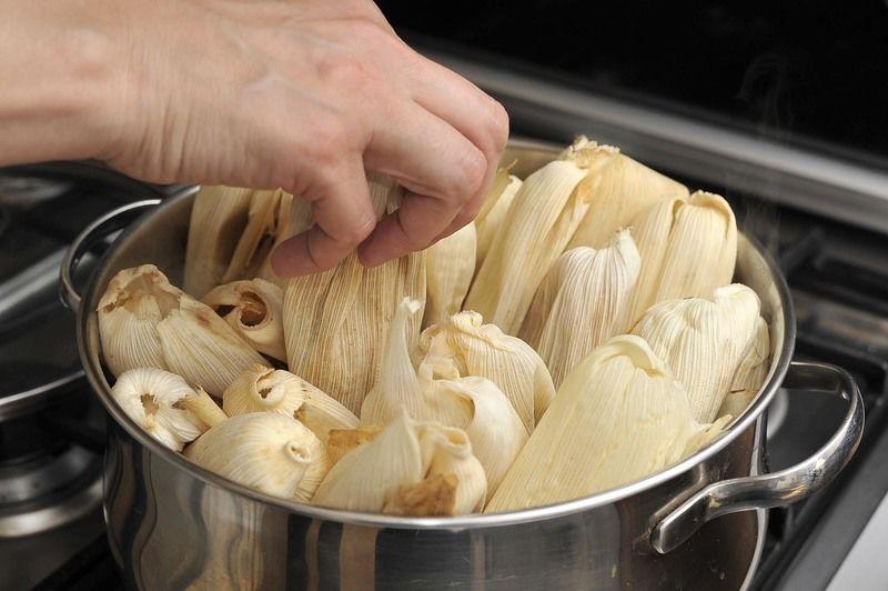 Envolver y cocer sobre la estufa dentro de una vaporera durante aproximadamente una hora o hasta que el tamal se despegue de la hoja.