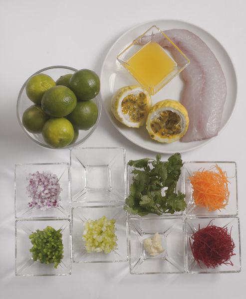 120 gramos de pescado blanco 1 diente de ajo ¼ cucharadita de cilantro 2 cucharadas de cebolla morada 1 cucharadas de chile cuaresmeño ½ taza de jugo de limón ¼ de taza de jugo de maracuyá Sal al gusto 1 cucharada de apio 1 cucharada de zanahoria 1 cucharada de betabel