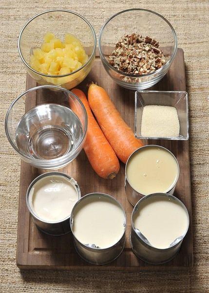 4 cucharadas de grenetina (28 gramos) 1 taza de agua fría 2 latas de leche evaporada 1 lata de leche condensada 1 lata de media crema 2 zanahorias, peladas y ralladas 1 taza de piña en almíbar, escurrida y picada en cuadritos ½ taza de nuez picada ½ lechuga
