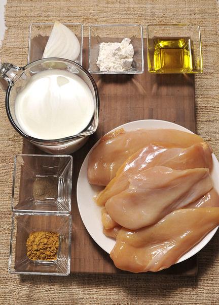Ingredientes: 2 cucharadas de Harina de trigo 1/4 pieza de Cebolla blanca Aceite de oliva al gusto Pimienta negra molida al gusto Sal al gusto 1 cucharada de Curry en polvo 2 tazas de Crema de leche de vaca 2 piezas de Pechuga de pollo sin hueso